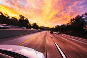 夕暮れの高速道路