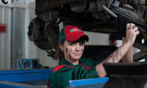 整備する女性