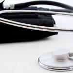 医療用の聴診器と血圧計
