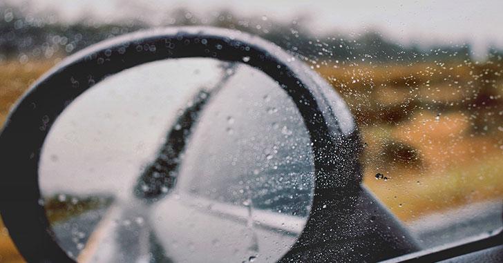 雨のドアミラー