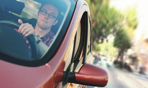安全確認するドライバー