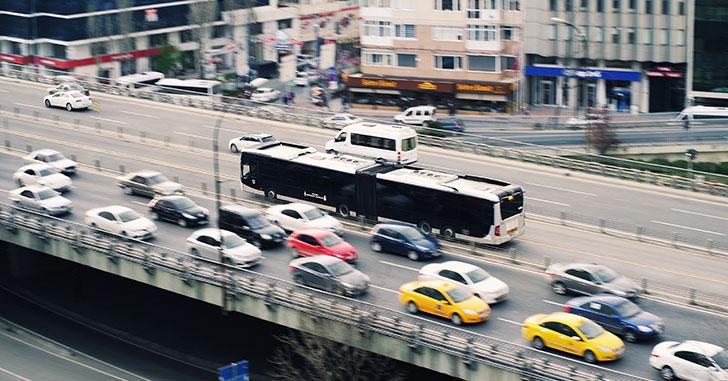 渋滞する高速道路