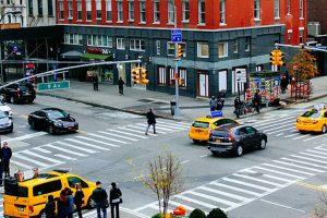交差点の黒い車