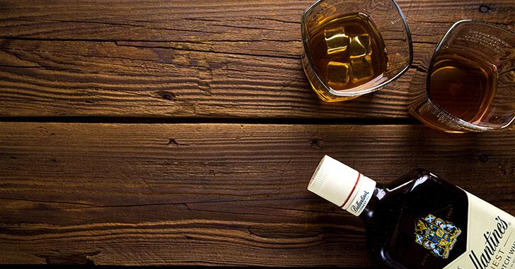 テーブルの上のウィスキー