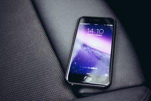 車内にスマートフォン