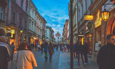 混雑する商店街
