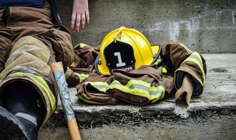 休憩中の女性消防士