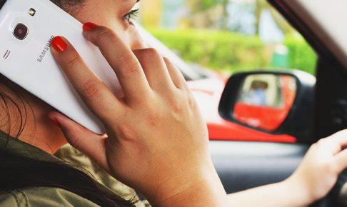 運転中に電話する女性