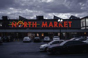 夕暮れのスーパーマーケット
