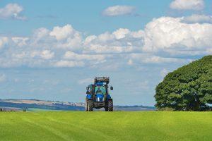 農地を走るトラクター