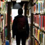 図書館を歩く学生