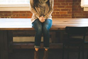 机に座る女性