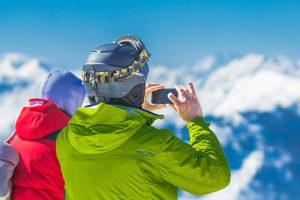 スキー場で写真を撮るカップル