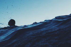 水面に浮かび上がる女性