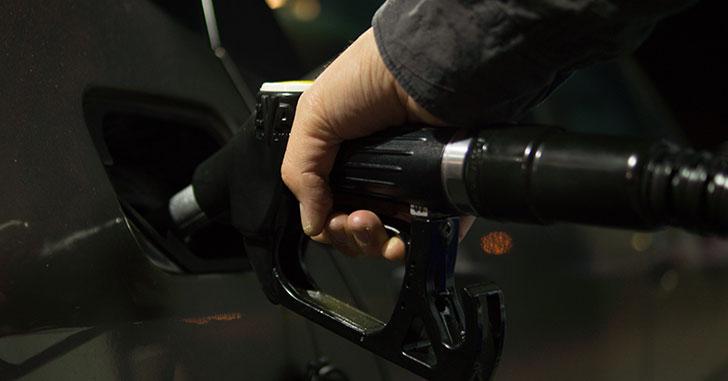 ガソリンを給油する手