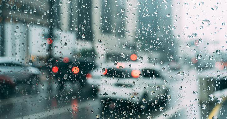 大雨の降る道路