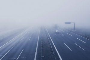 霧のたちこめる道