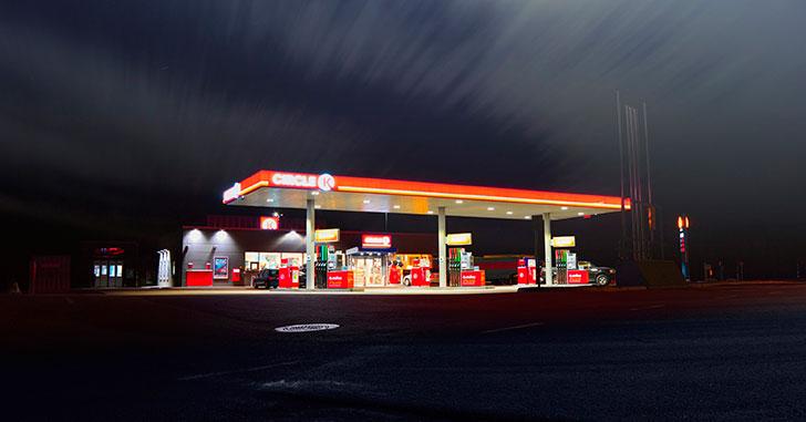 夜のガソリンスタンド