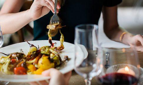食事とワインを楽しむ女性