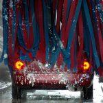 自動車を洗車機で洗う