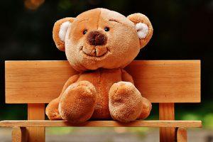 椅子に座る子熊