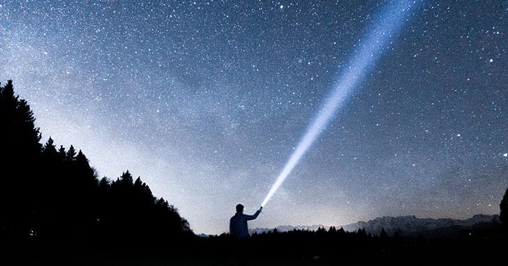 夜空を照らす懐中電灯