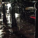 大雨の中の車