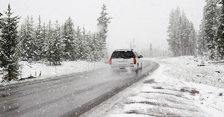 雪道を走るSUV