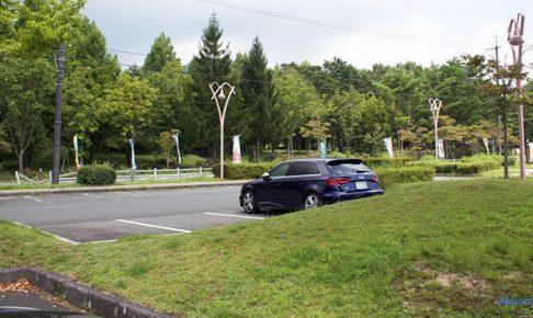 駐車場に停まるアウディA3