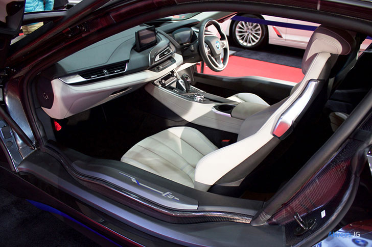BMW i8の内装左側