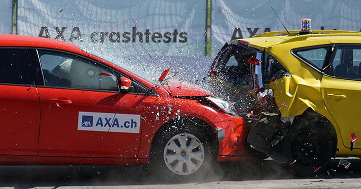 赤い車が黄色い車にぶつかる