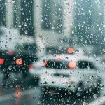雨の日の道路を走る車