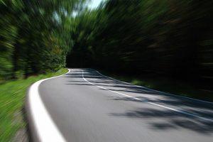 高速走行する車