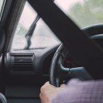 シートベルトを締めるドライバー