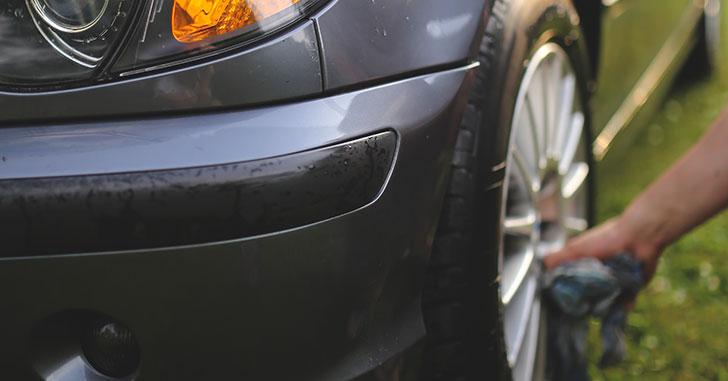 BMWのホイールを洗う