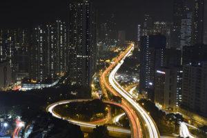 夜の高速道路に合流する