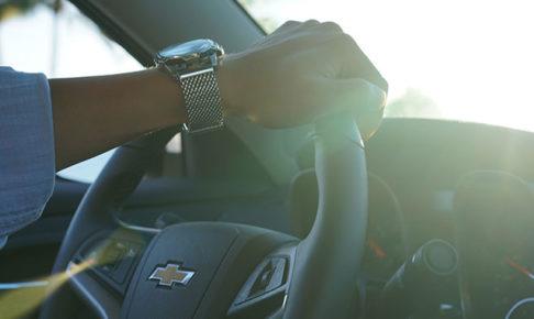 シボレーを運転する男