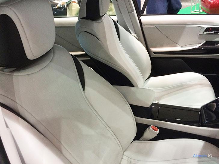 トヨタ・ミライのフロントシート